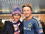 Neymar posa para foto com o inglês David Beckham, do Los Angeles Galaxy