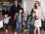 Zahara, Knox, Pitt e Shiloh; ao centro, Maddox, e Pax Angelina e  Vivienne desembarcam no Japão