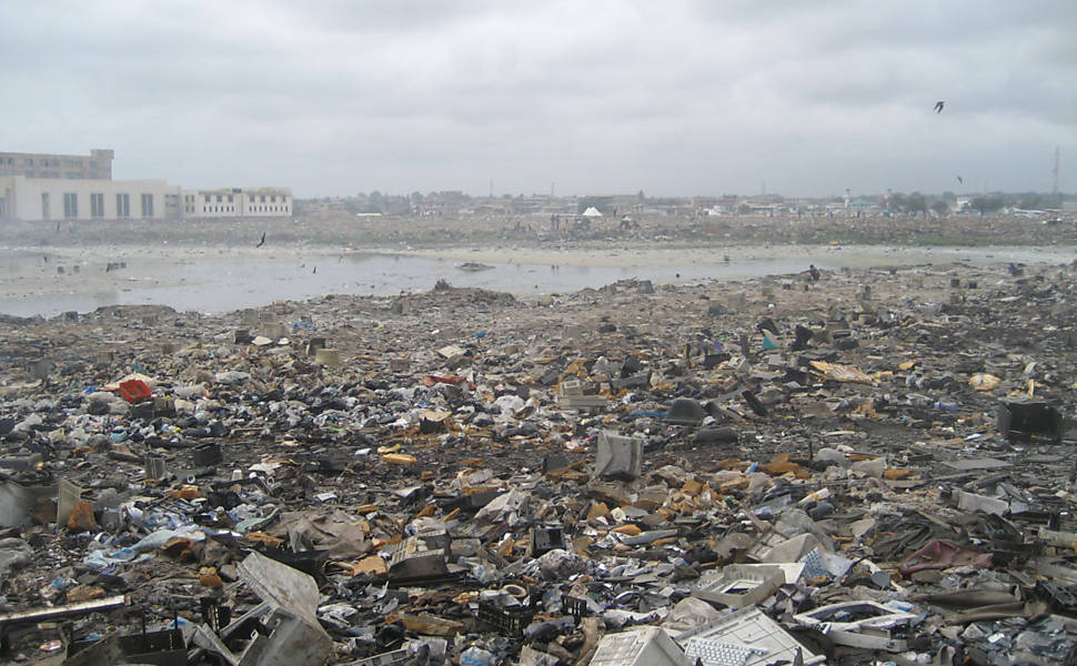 Fotos denunciam risco de reciclagem manual de lixo eletrônico