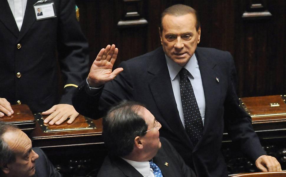 Berlusconi renuncia na Itália