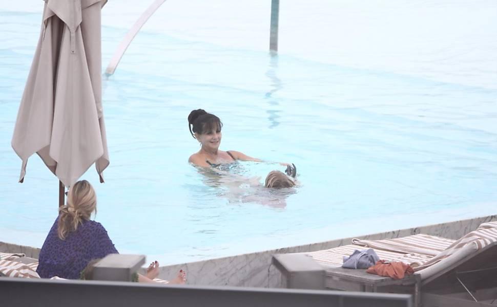 Britney Spears e família curtem a piscina do hotel no RJ