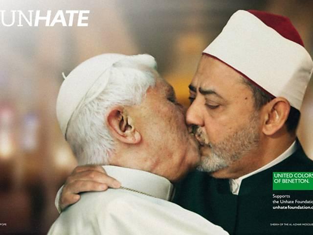 Papa Bento 16 dá um beijo em Ahmed Mohamed el Tayeb, imã da mesquita de Al Azhar no Cairo