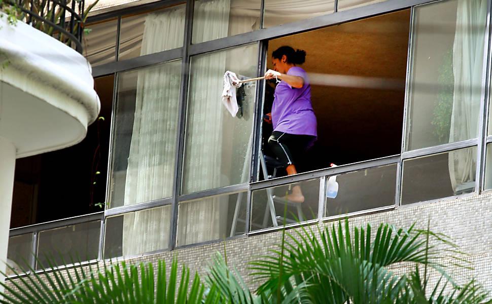 Empregadas dependuradas em janelas