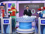 O apresentador Silvio Santos e o palhaço Bozo durante gravação do programa
