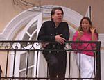 Silvio Santos e sua filha, Patrícia Abravanel, na sacada de sua casa no Morumbi, durante coletiva após a libertação de Patrícia, que havia sido sequestrada