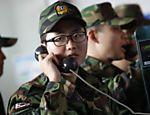 Soldados sul-coreanos em retorno a suas unidades militares falam ao telefone em estação de trem em Sul <a href=