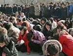 Moradores de Pyongyang choram após divulgação da notícia sobre a morte do ditador norte-coreano Kim Jong-il <a href=