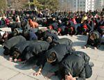 Moradores de Pyongyang demonstram luto pela morte do ditador norte-coreano Kim Jong-il <a href=