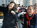 Moradores de Pyongyang choram em luto pela morte do ditador norte-coreano Kim Jong-il <a href=