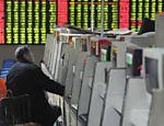 Um investidor checa informações da bolsa em Hefei, na China; transações no país fecharam em queda de 0,3% após morte de Kim Jong-il <a href=