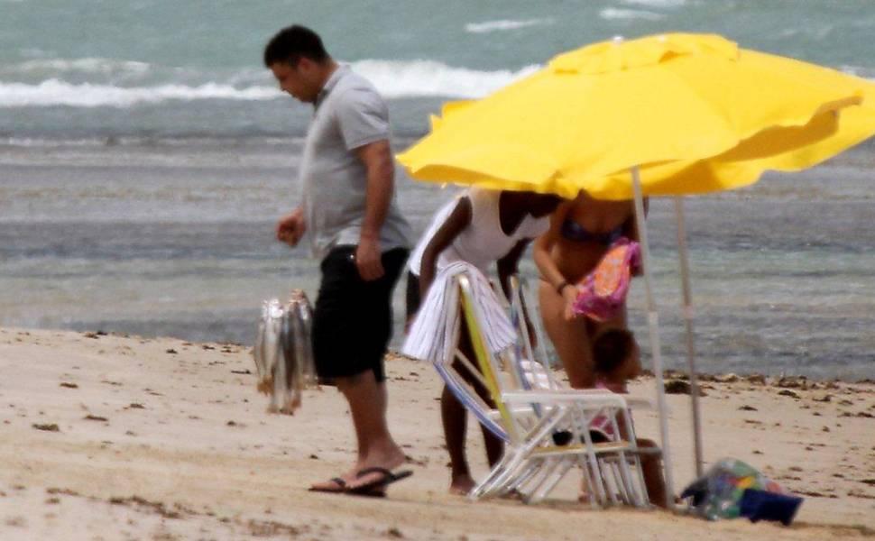 Ronaldo e a família compram peixe em Trancoso (BA)