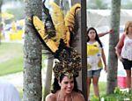 Gracyanne Barbosa faz ensaio fotográfico com roupa de carnaval na praia do Pepê