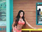 Gracyanne Barbosa durante ensaio fotográfico na praia do Pepê
