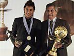 Neymar posa com troféu de melhor da América ao lado do técnico da seleção uruguaia, Tabarez