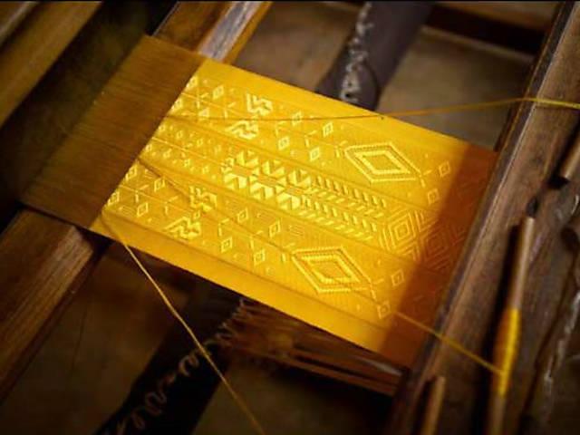 Tecidos dourados feitos com teia de aranha