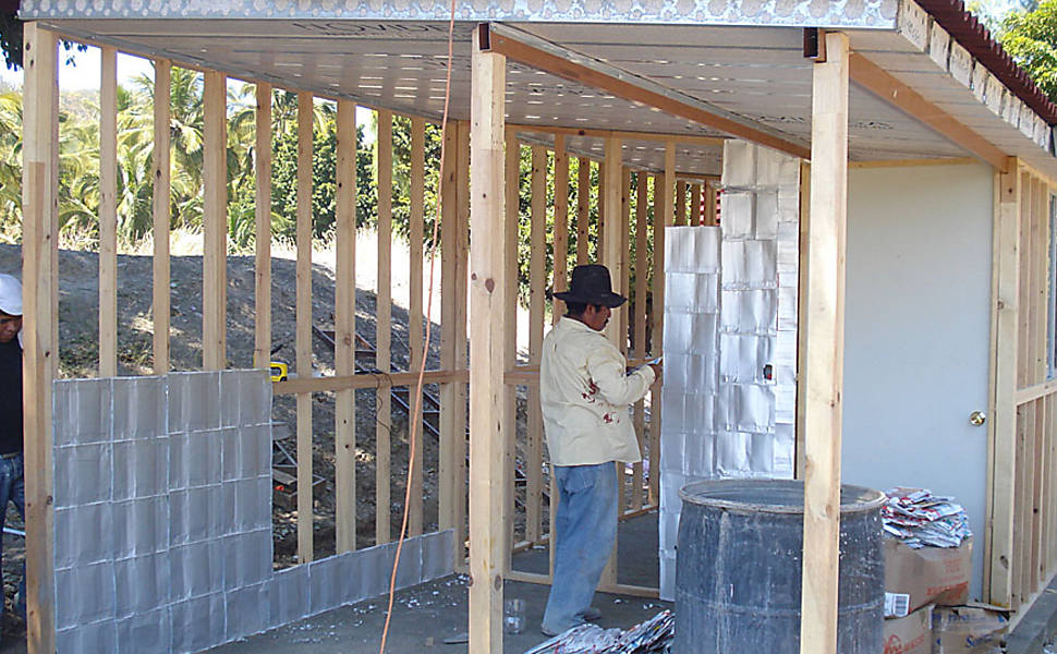 No México, ONG constrói casas com embalagens e garrafas plásticas