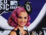 Katy Perry posa com três prêmios conquistados no MTV Video Music Awards (VMAs), em Los Angeles (EUA), em agosto
