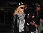 Rihanna chega no aeroporto de Los Angeles com um amigo após viagem a Londres