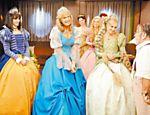 Xuxa fantasiada de Cinderela com e Angélica e Daniele Valente em cena do filme