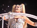 Xuxa, aos 41 anos, desfila em carro alegórico da escola de samba Caprichosos de Pilares, em 2004