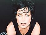 Xuxa com os cabelos tingidos de preto, em 1997, aos 34 anos