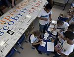 Alunos da escola desenham em azuleijo usado na reforma da escola municipal <a href=