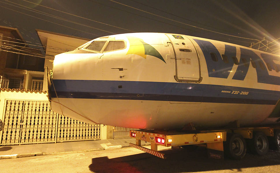 Boeing 737 atravessa ruas de SP