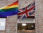 No Chile, a embaixada do Reino Unido amanheceu com a bandeira da diversidade sexual ao lado da britânica