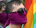 Homens usam mordaça em protesto contra a repressão a homossexuais na Geórgia