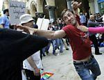 Na Geórgia, ativista gay briga com cristão ortodoxo em manifestação em Tbilisi