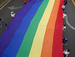 Manifestantes carregam bandeira gigante em protesto contra homofobia na capital nicaraguense