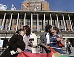 Em Montevidéu, no Uruguai, casais se beijam em frente à prefeitura da capital