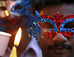 Homem participa de vigília com velas em Chennai, na Índia; ativistas protestam contra violência a homossexuais