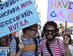 Ativistas fizeram cartazes, estenderam bandeiras e propuseram leis contra a discriminação sexual