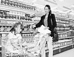 Com a filha Yasmin, Luiza compra alimentos em supermercado do Leblon para doar à campanha Natal Sem Fome