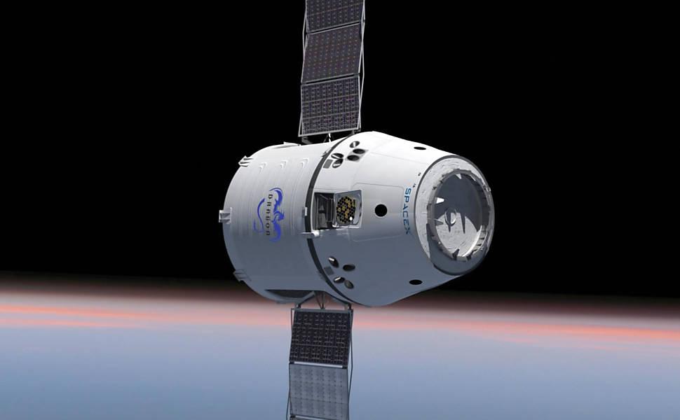 Após ser agarrada por braço mecânico, cápsula se acopla à ISS
