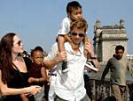 Angelina Jolie e Brad Pitt caminham por rua de Mumbai, na Índia, com os filhos Zahara e Maddox