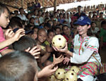 Distribuindo bolas em campo de refugiados na fronteira da Tailândia com Myanmar