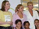 Xuxa participa de evento ao lado da cantora Shakira e da ministra Maria do Rosário, no Rio