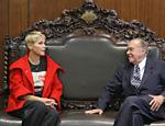 Xuxa conversa com o presidente do senado, José Sarney