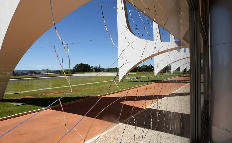 Caças da FAB destroem vidraças
