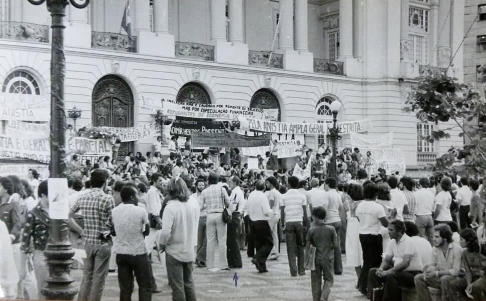 Imagem no acervo do Arquivo Nacional mostra atividade em prol da Lei da Anistia no Rio que contou com a participação de artistas
