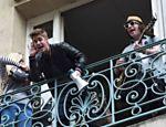 Justin Bieber conversa com fãs em sacada de prédio em Paris <a href=
