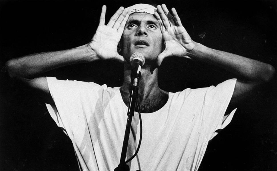 O cantor  Cazuza, que morreu em decorrência da Aids em 1990    >>     O cantor e compositor Cazuza durante show no Palace, em São Paulo, em 1988.(São Paulo (SP), 1988, foto de Masao Goto Filho/Folhapress)