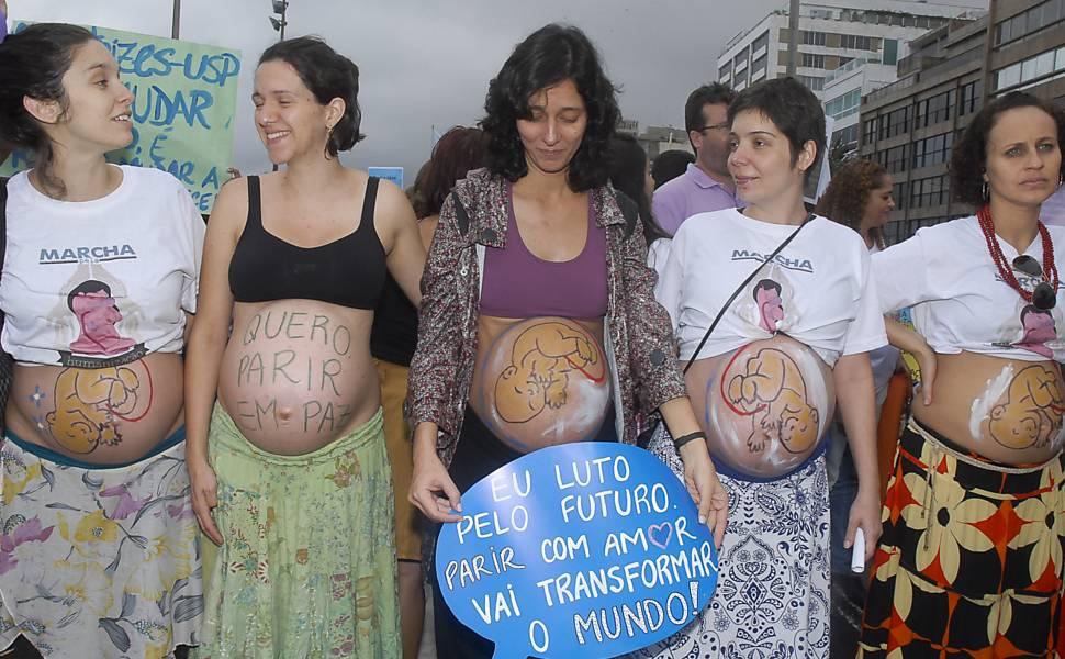 Mulheres fazem marcha pelo parto
