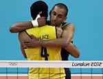 Escadinha abraça Wallace ao comemorar ponto do Brasil na final olímpica, em Londres <a href=