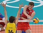 O russo Dmitrii Muserskii acerta bola, que passa pelo bloqueio de Lucão <a href=