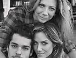 Foto da atriz com a mãe e o irmão