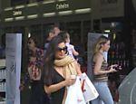 A a Isis Valverde foi à farmácia com figurino inusitado: vestido decotado e manta quentinha