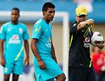 O jogador Paulinho e Mano Menezes da durante treino da seleção em Serra Dourada, Goiânia